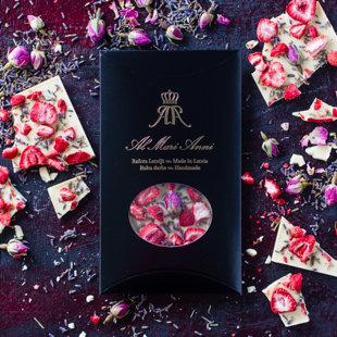 Baltā šokolāde ar auksti kaltētām zemenēm, bagātīgiem lavandas un rožu ziediņiem