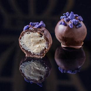 Vīģu krēma trifele dekorēta ar cukurotiem vijolītes ziediņiem