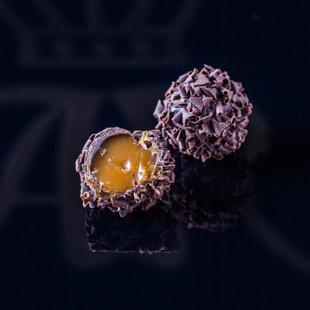 Karameļu krēma trifele pārklāta ar šokolādes skaidiņām