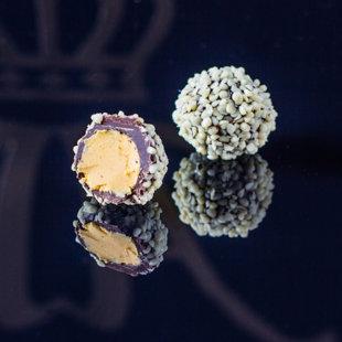 Smiltsērkšķu krēma trifele pārklāta ar baltās šokolādes skaidiņām