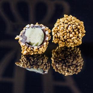 Lazdu riekstu krēma trifele pārklāta ar pārtikā lietojamajām zelta vafeļu skaidiņām