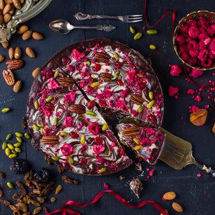 Tumši baltā šokolādes torte pildīta ar mandelēm, plūmēm, aprikozēm un rozīnēm