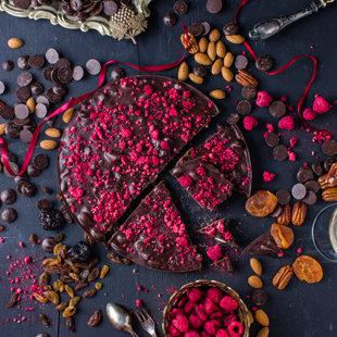 Tumšās šokolādes torte ar mandelēm, plūmēm, aprikozēm, rozīnēm, ērkšķogām un baltvīna arom