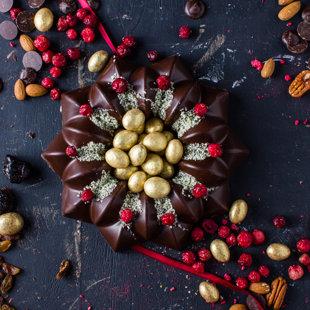Tumšās šokolādes torte ar mandelēm, plūmēm, aprikozēm, rozīnēm un piparkūku aromātu
