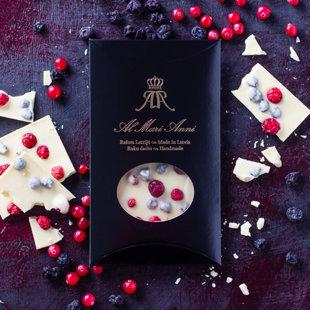 Белый шоколад с сочными ягодами садовой клюквы и черной смородины