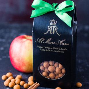 Яблоко в белом шоколаде покрытое корицей