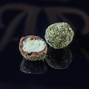 Трюфель с начинкой из крема с мохито, покрытый молотой мятой